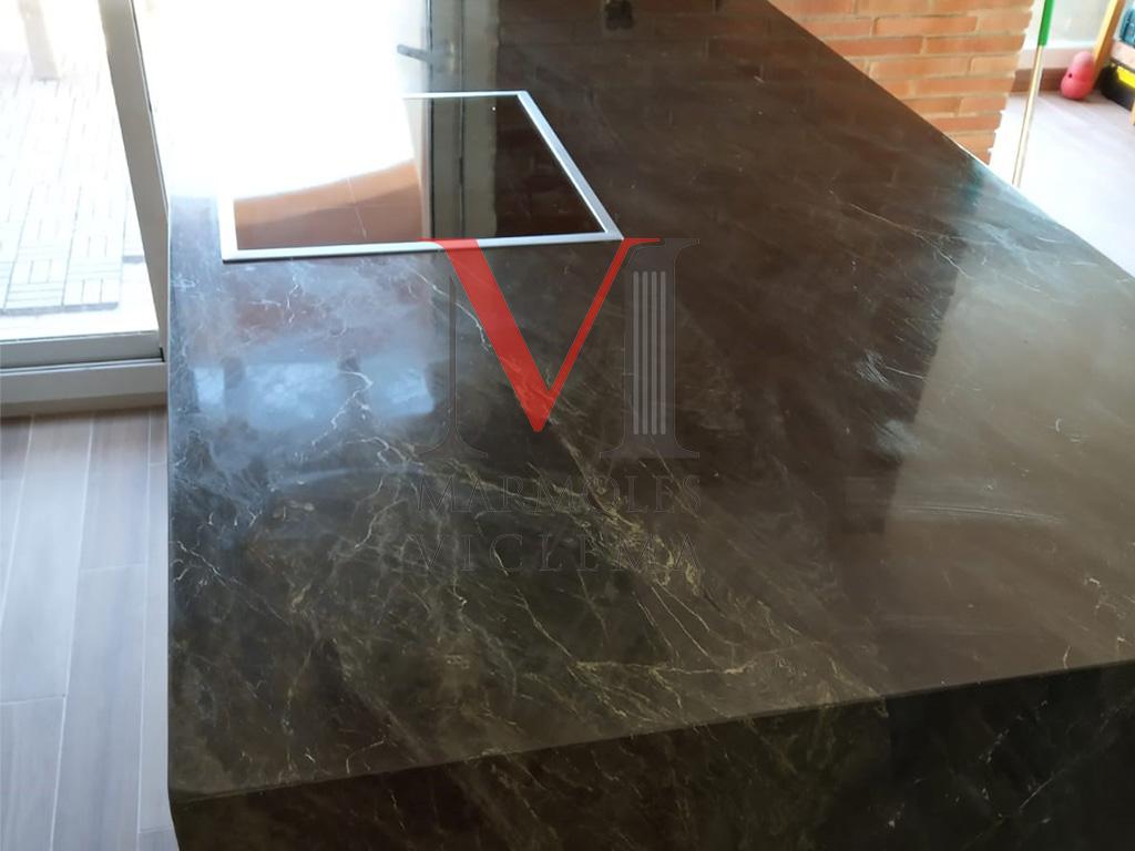 Encimera granito negro envejecido encastre pulido ranuras escurridoras canto inglete 4 cm.